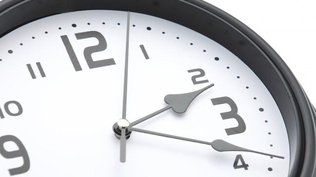 時計で時間を確認する