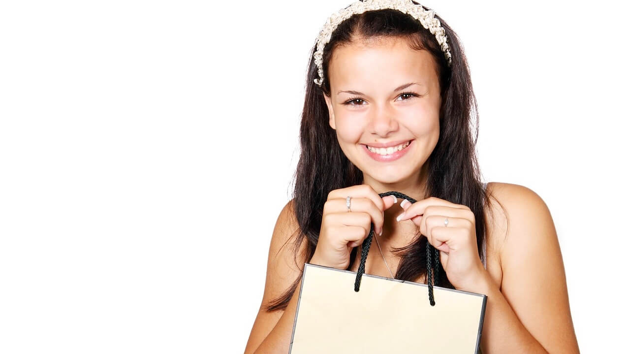 買い物をして笑顔な女性